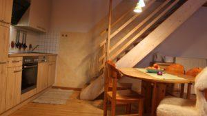 ferienwohnung-lilie-niederbayern-essen-kochen-treppe-1600